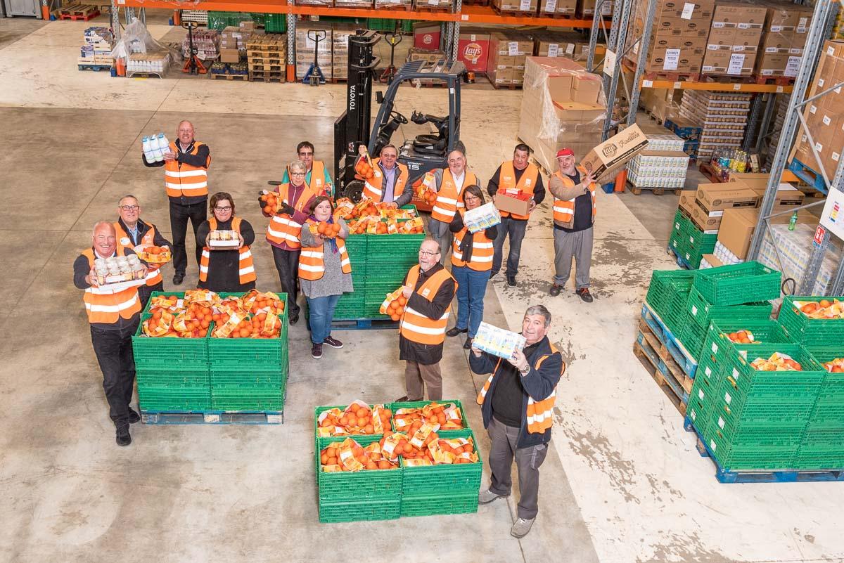 Groupe de bénévoles dans entrepot banque alimentaire