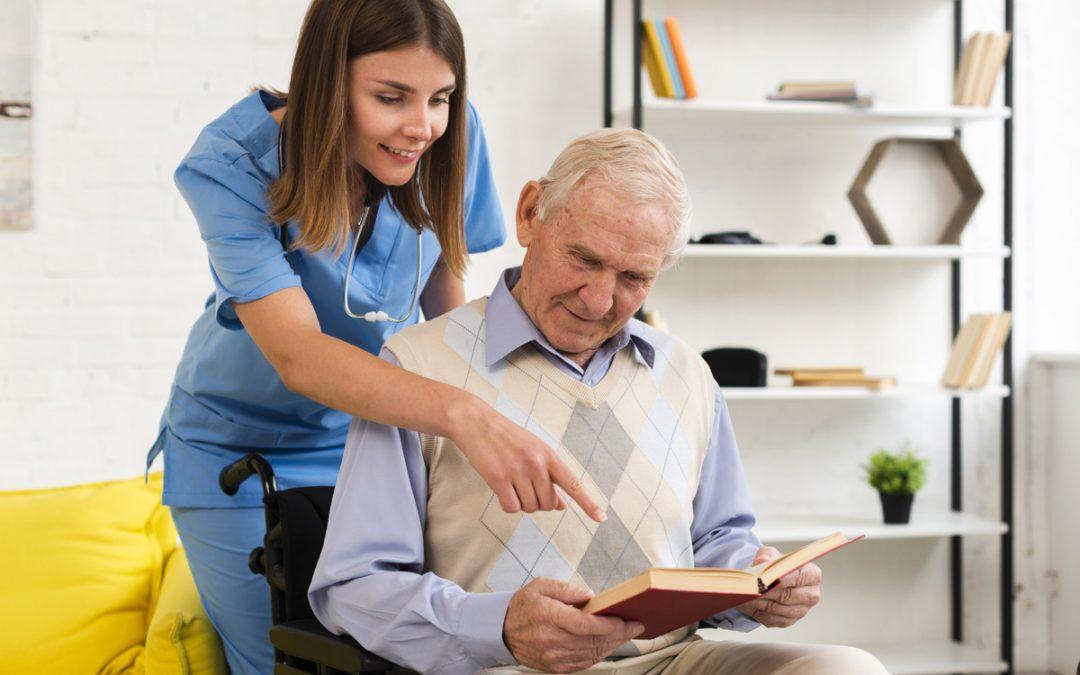 personne qui s'occuope d'une personne âgée en maison de retraite