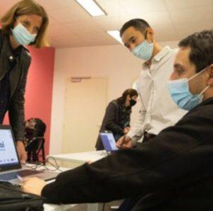 élue toulouse métropole à la rencontre d'un participant du plie testant son ordinateur prêté par Toulouse Métropole